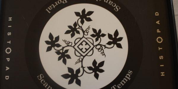 La borne à scanner, repérable aux symboles fleuris