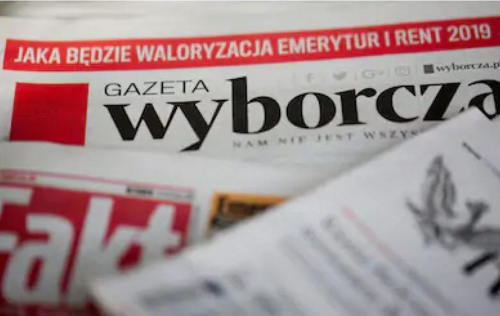Il s'agit de plusieurs journaux polonais. On peut notamment voir le logo de Gazeta Wyborcza.