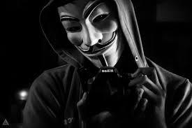 Photo d'Anonymous avec le masque, elle est en noir et blanc.